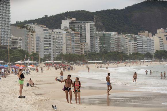 Copacabana, het bekendste strand van Rio de Janeiro, is niet geheel verlaten maar trekt uit corona-angst beduidend minder zonnekloppers.