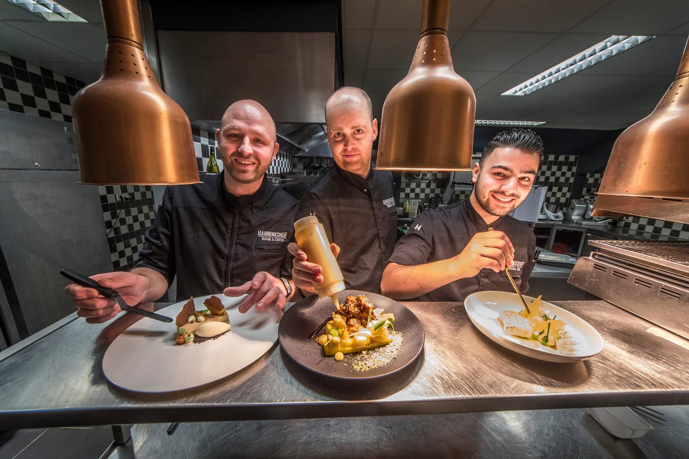 Chef Jojan Kersbergen (l) en zijn koks Clemens Kuipers en Mauro Ena van de Hanninkshof.