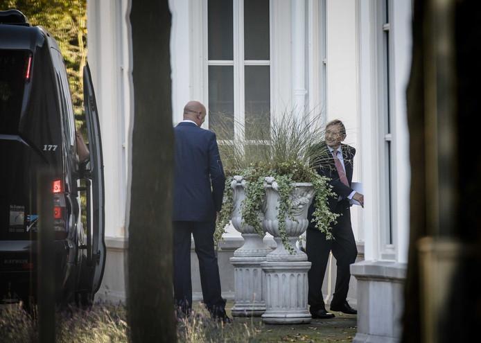 Jeroen van der Veer (Philips) arriveert bij het Catshuis. Minister-president Mark Rutte ontving daar zwaargewichten uit het bedrijfsleven.