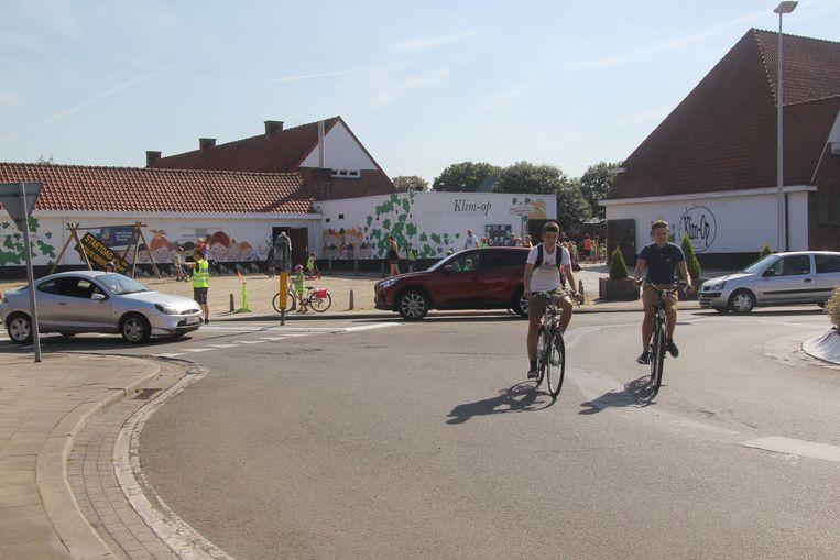 De rotonde ligt vlak voor basisschool Klim-Op. Autobestuurders durven de rotonde wel eens langs de verkeerde kant oprijden.