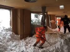 Hotellobby bedolven onder sneeuw na lawine