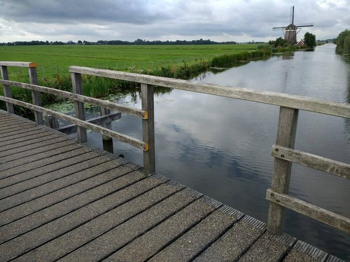 Op foto's die de politie online heeft gedeeld is te zien dat enkele delen van de leuningen van de brug zijn gesloopt.