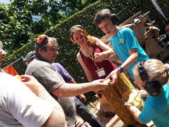 De Goudhaantjes deelden ook gezonde snacks uit bij de workshopstandjes.