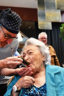 Aaltje is 101 en ze laat zien hoe je het leven viert: met champagne en oesters