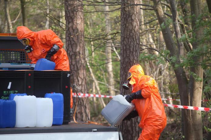 Gedumpt drugsafval in een bosgebied aan de Broekdreef in Ulvenhout.