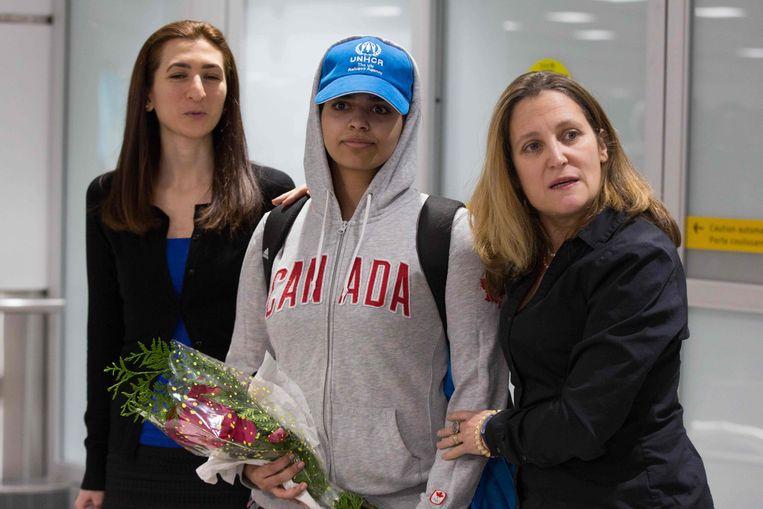 Rahaf Mohammed al-Qunun (midden) werd bij haar aankomst in Canada verwelkomd door minister van Buitenlandse Zaken Chrystia Freeland (R).