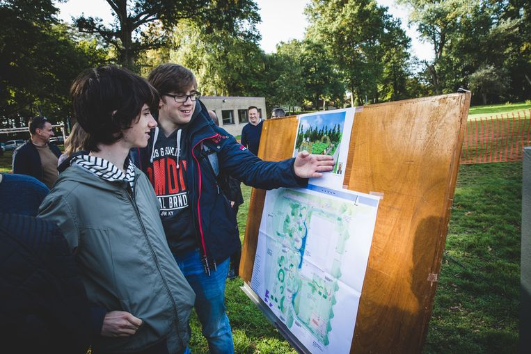 De jongeren bekijken de plannen voor de nieuwe sportzone.
