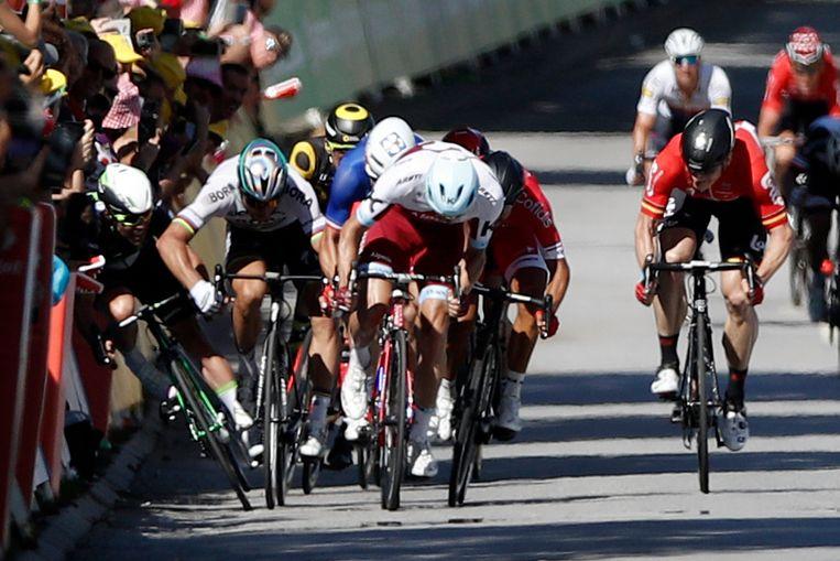 De bewuste fase in de Tour: Sagan geeft Cavendish een zetje in de sprint, waarna de Slovaak werd uitgesloten.