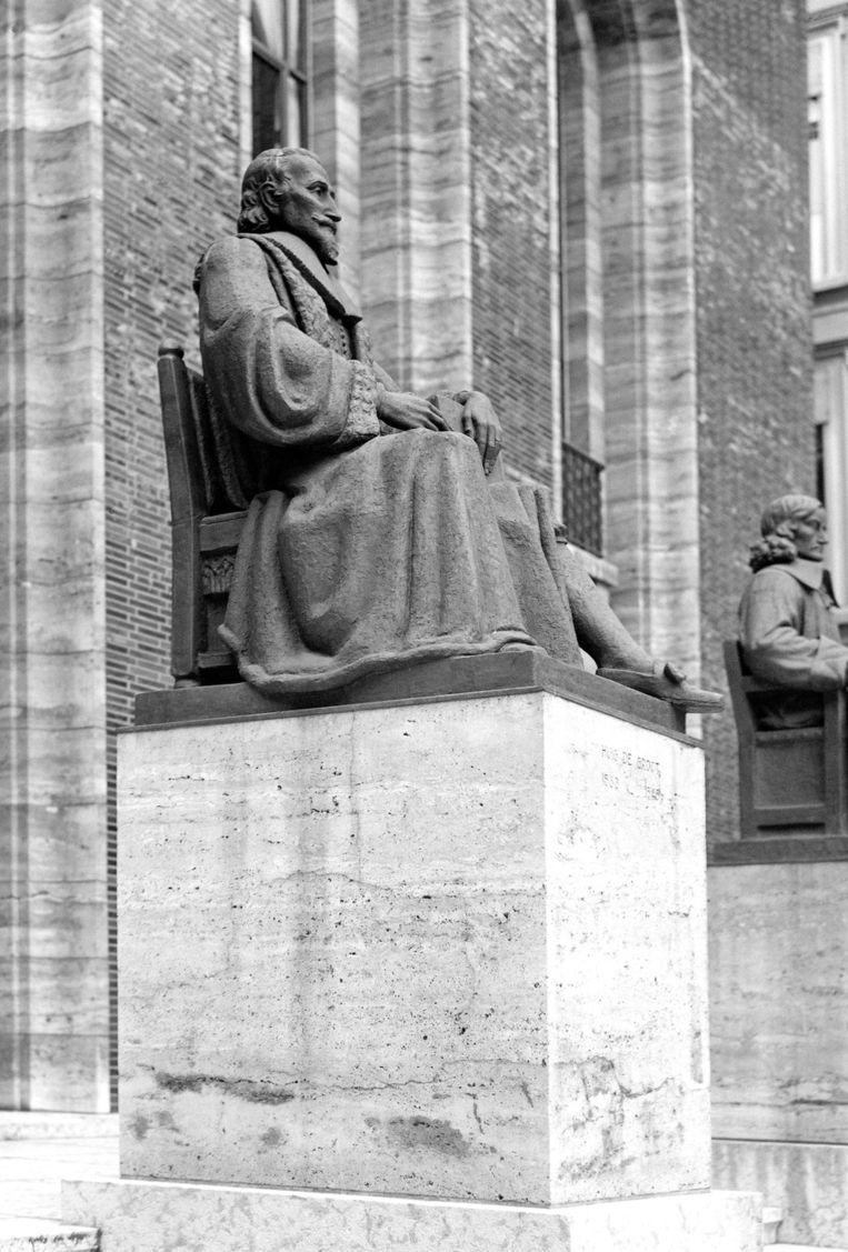 Het standbeeld van Hugo de groot voor het gebouw van de Hoge Raad in Den Haag. Beeld anp