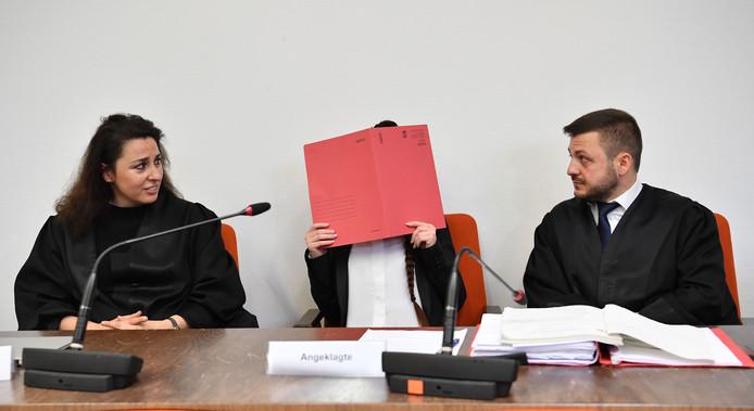 Jennifer W. tussen haar advocaten Seda Basay-Yildiz (links) en Ali Aydin (R).
