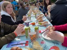 360 kinderen ontbijten gezamenlijk bij Tuindorpbad in Hengelo