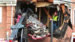 Porsche vliegt eerste verdieping kantoorgebouw binnen: twee doden