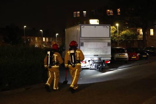 Uit het vrachtwagentje dat geparkeerd stond in de Offenbachlaan in Eindhoven lekte een rode vloeistof.
