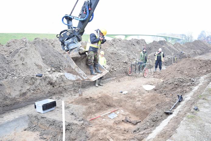 De resten van de Duitse soldaat worden 'vastgelegd' door de fotograaf van de bergingsdienst van de Koninklijke Landmacht.