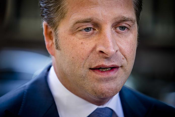 Zorgminister Hugo de Jonge bij aankomst op het Binnenhof voor de laatste wekelijkse ministerraad voor het zomerreces.