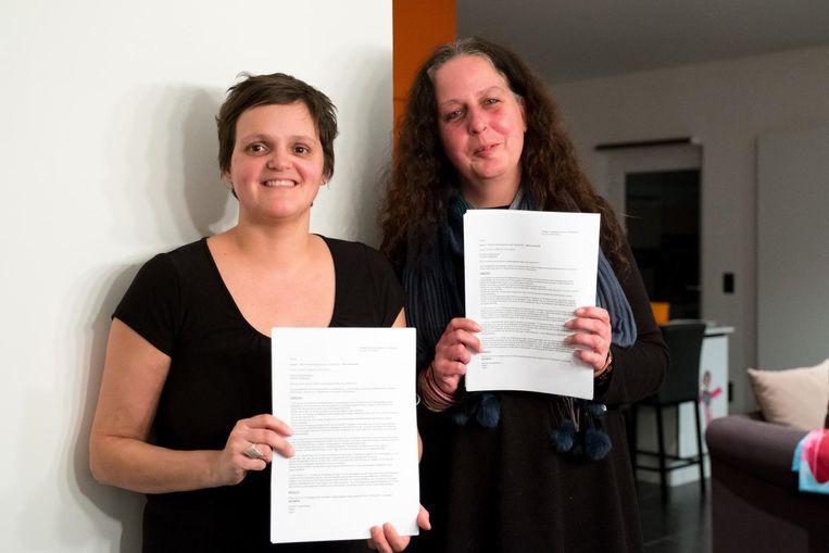 Buurtbewoonsters Peggy Seeuws en Patricia Speltincx (r.) zijn blij dat de aanvraag werd ingetrokken, maar vrezen dat ze binnenkort weer hetzelfde zullen meemaken, zij het met een ander bedrijf.