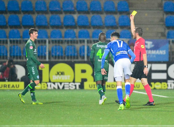 Jeremy Helmer (De Graafschap) krijgt een gele kaart in de wedstrijd tegen Den Bosch.