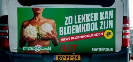 Een vrouw van wie je het gezicht niet ziet, houdt bloemkolen tegen haar borsten