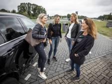 Vier meiden tanken bij in Deurningen: 'Twente, dat is toch het Miami van het oosten?'