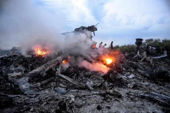 Puin van het MH17-toestel in een weiland in de Oekraïense regio Donetsk.