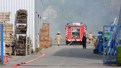 Brandende houtstapel veroorzaakt veel rook in buurt van Autobaan