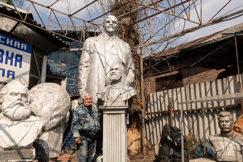 Vladimir Linevej toont de verzameling standbeelden en bustes van Sovjet-helden bij zijn werkplaats.