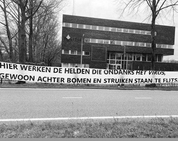 Het spandoek voor het Tilburgse politiebureau.