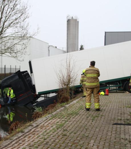Vrachtwagen rijdt in Nijkerk de sloot in