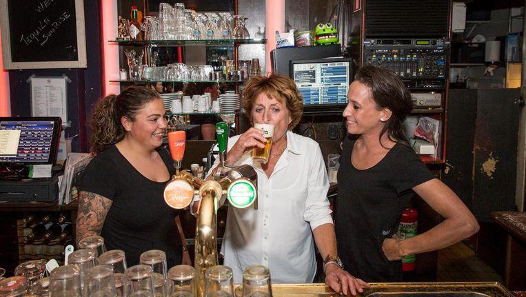 Mieke Martelhoff tapte na 35 jaar haar laatste biertjes in café Vivelavie. Beeld Dingena Mol