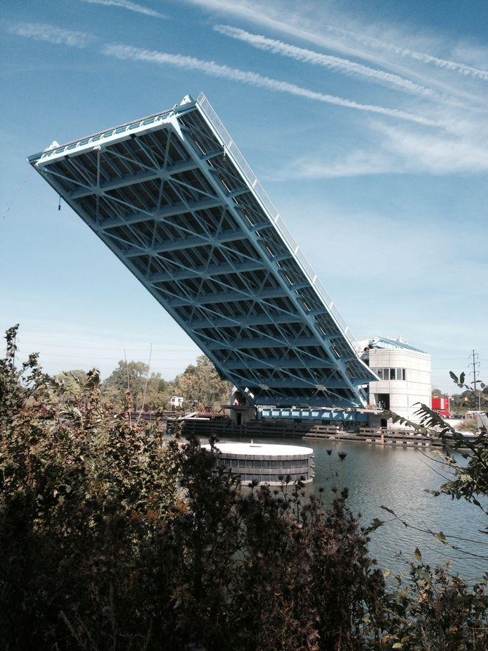 De brug die de man uitkoos om overheen te springen heeft wel iets weg van een gigantische springplank.