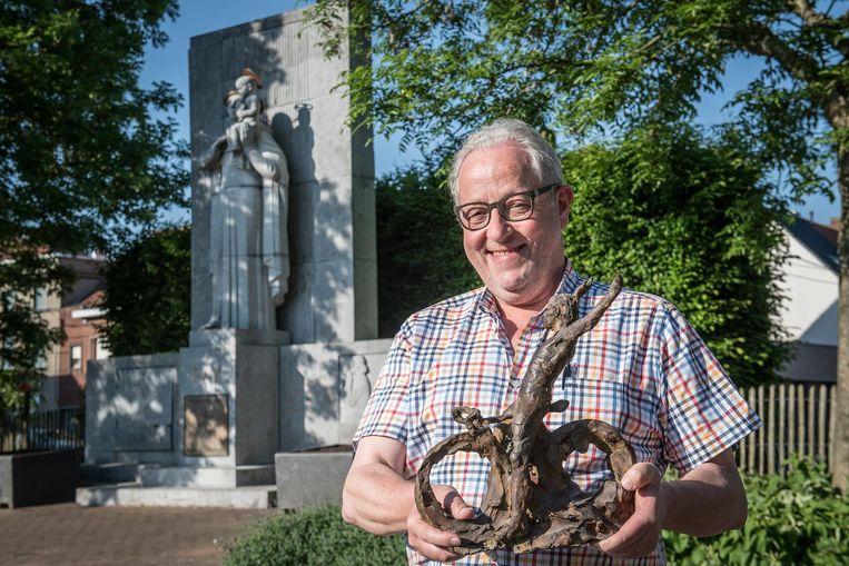 Frank Wauters met het beeldje van Jempi, de betreurde Krottegemse wereldkampioen.