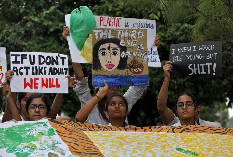 Studenten in New Delhi, India, nemen deel aan de wereldwijde 'Fridays for Future'-mars. Beeld REUTERS