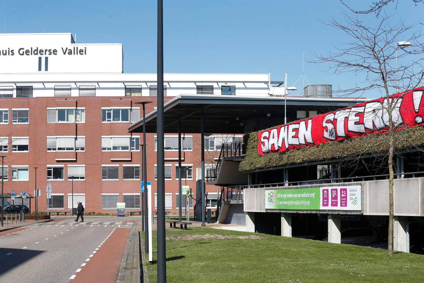 Een spandoek bij Ziekenhuis Gelderse Vallei in Ede met steunbetuiging voor zorgpersoneel.