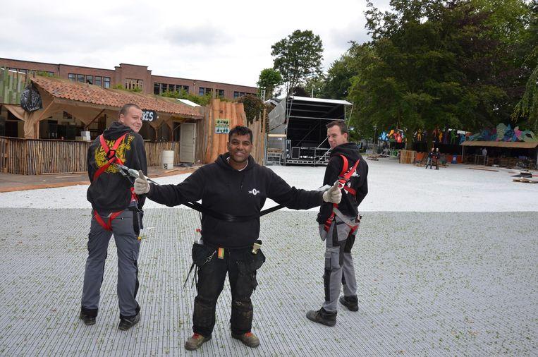 Fonnevrijwilligers Niels Van Hoye, Isman Bontinck en Jef Verbeke keuren het nieuwe Fonnepark.