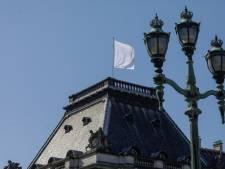 Pourquoi le palais royal a-t-il hissé un drapeau blanc?