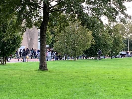 Rond de honderd jongeren zijn toegestroomd naar de Beethovenhof in Terneuzen.