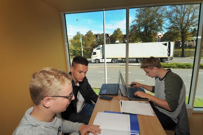 Wouter Tielemans, Richard Verkerke en Jesse de Jager studeren civiele techniek. Ze werken samen aan een opdracht. Vanuit het HZ-gebouw hebben ze zicht op de binnenstad van Middelburg.