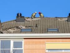 Rondvliegende dakpannen beschadigen auto's in Emmeloord: omgeving is afgezet