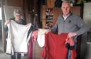 Jan en Tonny Hamers tonen enkele 'middeleeuwse' kledingstukken van de menvereniging.