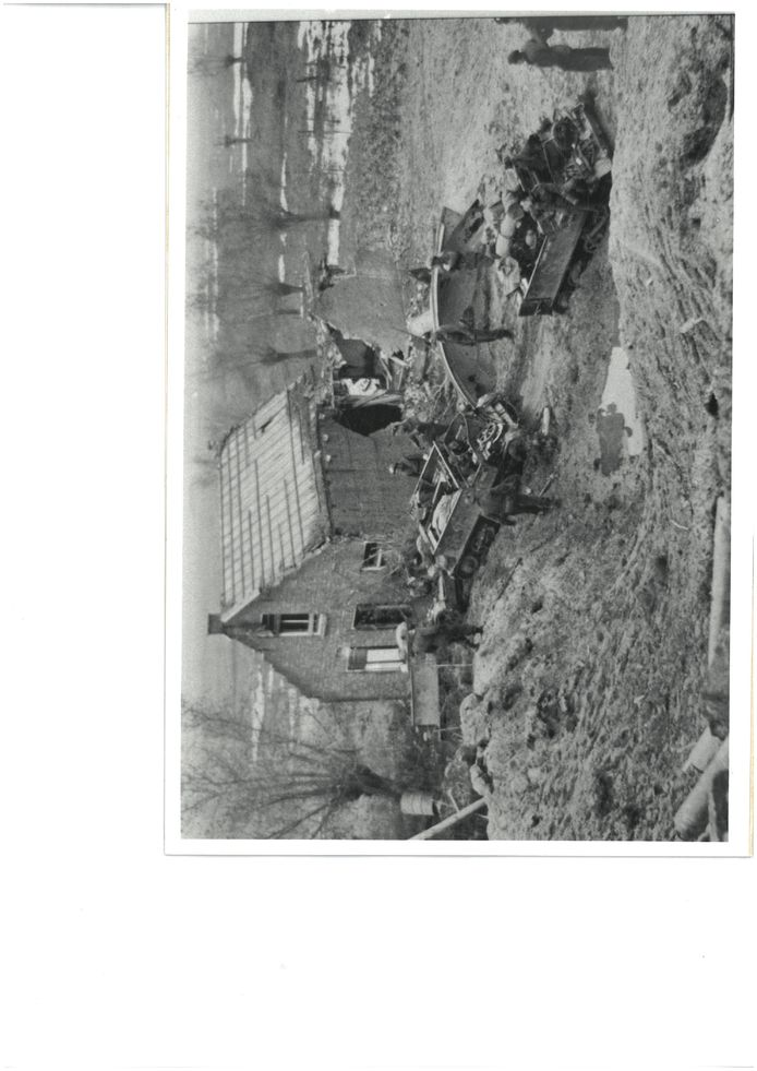 Breskens, 1944: Canadese carriers verplaatsen zich even buiten Breskens met veel moeite door de dikke modder. De situatie is exemplarisch voor de extreme terrein- en weersomstandigheden tijdens de bevrijding van West-Zeeuws-Vlaanderen. fotograaf onbekend - Archief gemeente Sluis