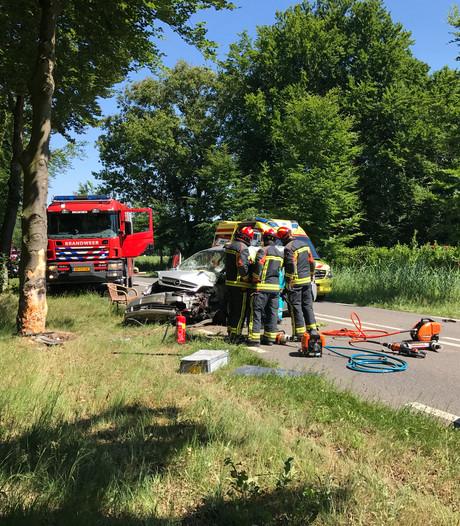 Man en vrouw gewond na harde knal met auto tegen boom in Brummen