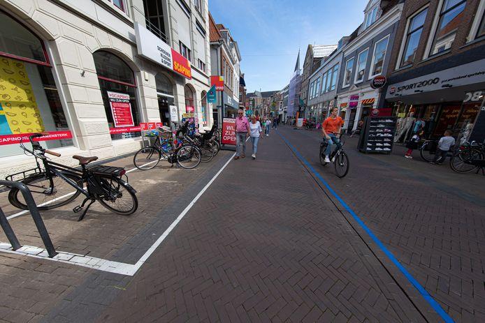 De blauwe lijn, witte fietsparkeervakken en borden in de fietsparkeervakken; niet iedereen vindt het er mooier op worden in de Kamper binnenstad.