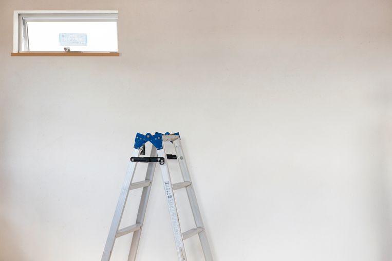 De zestiger kwam met zijn hoofd klem te zitten tussen twee sporten van een laddertje.  (foto ter illustratie)