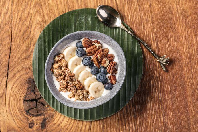 Smoothie bowl banaan met blauwe bessen en pecannoten