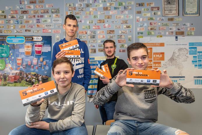 Mika Schrier, Justin Inghels, Hans Padmos en Joost Lemmens (vlnr) tonen hun '5 Choice Dinner-bon'. Bob Boekholt ontbreekt op de foto.
