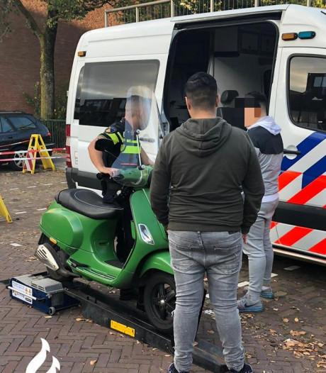 Bromfietsers in Schilderswijk lopen tegen lamp door rollenbank