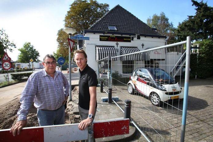 Henk van Vlijmen en zijn zoon Bernie bij hun restaurant tijdens de werkzaamheden in 2011.
