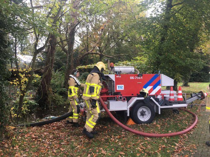 De brandweer pompte water uit de Klarenbeek om de brand bij Krepel te bestrijden.
