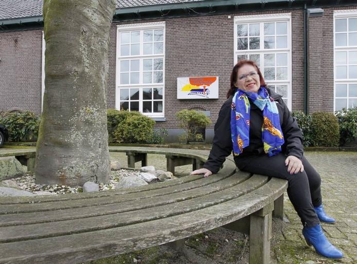 Dorps- en buurthuizen zijn erg belangrijk voor de sociale contacten in de dorpen, wijken en buurten, stelt Bonnie ten Damme - hier bij het dorpshuis van Oosterhuizen. foto Cees Baars