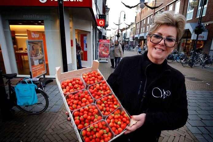 Conny van Weenen op de hoek van de Kelenstraat en de Gasthuisstraat. Ze wil ook volgend jaar haar aardbeien in de binnenstad aan de man brengen, maar de gemeente weigert een nieuwe standplaatsvergunning te geven.